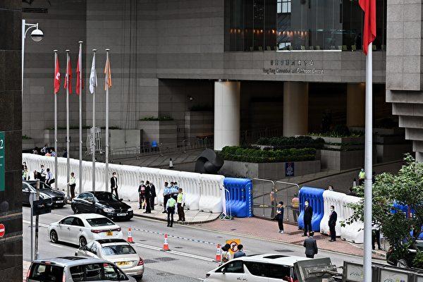 7月1日,香港警方在金紫荆广场戒备。(宋碧龙/大纪元)