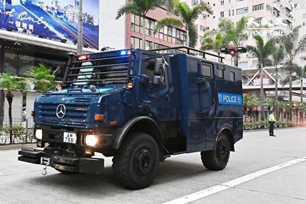 7月1日清晨,香港警方在湾仔、会展一带严密布防,出动装甲车(图)、水炮车。(宋碧龙/大纪元)