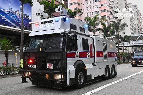 7月1日清晨,香港警方在湾仔、会展一带严密布防,出动装甲车、水炮车(图)。(宋碧龙/大纪元)
