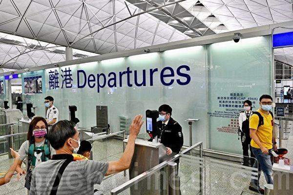 組圖:七一前香港爆逃難潮 港人機場灑淚道別