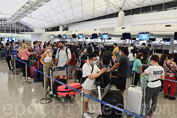 七一前夕香港爆逃難潮 憂「走不了」機場 分離場面悲歡