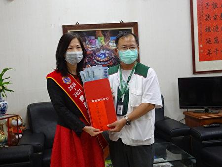 嘉鳳獅子會34屆會長羅惠美(左)代表捐贈助學金。