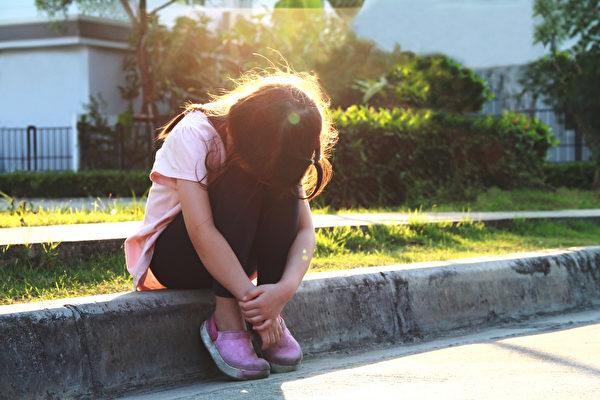 治疗或帮助自闭症患者的简单目标有:改善孩子的社交、语言及适应环境的能力,减少负面行为(如暴力、摇摆等动作)与增强学习与认知能力。(Shutterstock)