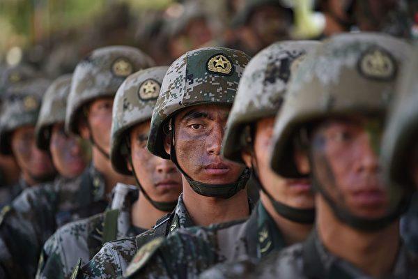 2016年11月25日,中共军队参加第六届中印联合反恐演习,士兵装束和打扮都在试图模仿美军。(Indranil Mukherjee/AFP via Getty Images)