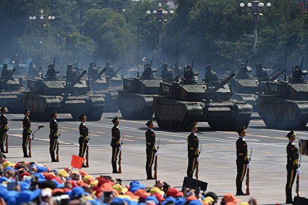 2015 年 9 月 3 日,中共陆军最新的99A 主战坦克在北京天安门广场参加阅兵式,该型坦克仍然无法摆脱前苏联坦克的影子。(Greg Baker/AFP via Getty Images)