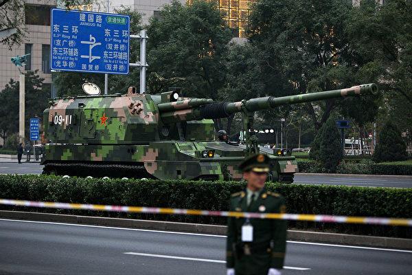 2009年9月18日,中共军队的自行火炮系统前往北京天安门参加阅兵式。(Feng Li/Getty Images)