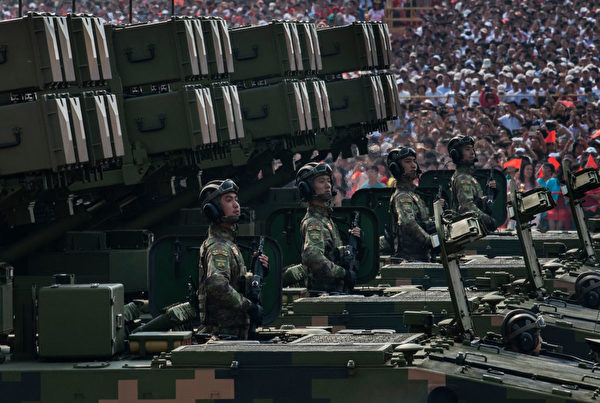 2019年10月1日,中共军队的移动火箭发射系统参加在北京天安门的阅兵。(Kevin Frayer/Getty Images)