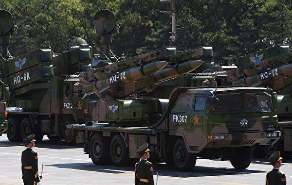 2015年9月3日,中共的红旗防空导弹在北京天安门广场的阅兵式上。(Greg Baker/AFP via Getty Images)