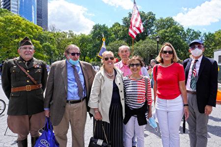 曼哈頓區長高步邇(左三)也出席由「曼哈頓下城歷史協會」會長詹姆斯.卡普蘭(左二)主辦的遊行活動。