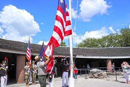美國獨立日當天,紐約州老砲兵團在柯林頓城堡舉行升旗典禮。
