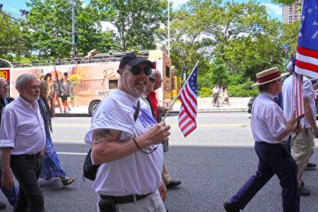 由數個美國獨立戰爭之子的分支團體、退伍軍人與民眾組成的遊行隊伍。