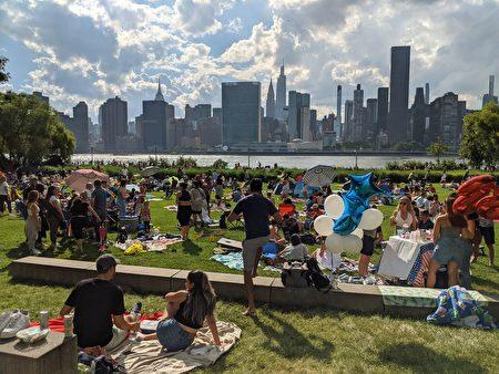 7月4日下午,民眾早早到現場占位,想要現場感受慶祝紐約市盛大回歸的氣氛。