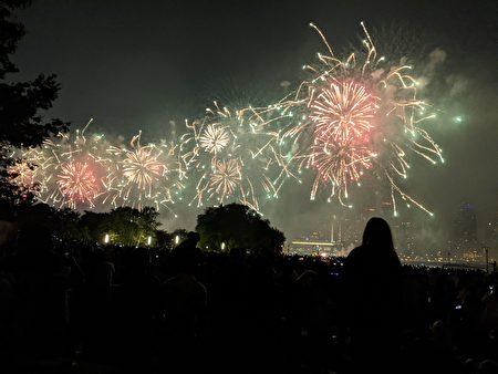 盛大的國慶日梅西煙花秀在東河上空綻放,火樹銀花,奼紫嫣紅。