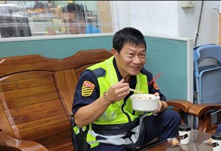 警政署長慰勉苗警防疫辛勞贈送便當。