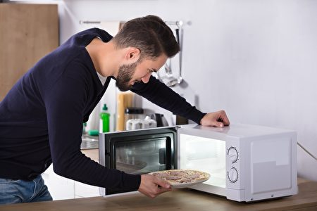 Side,View,Of,A,Young,Man,Baking,Pizza,In,Microwave
