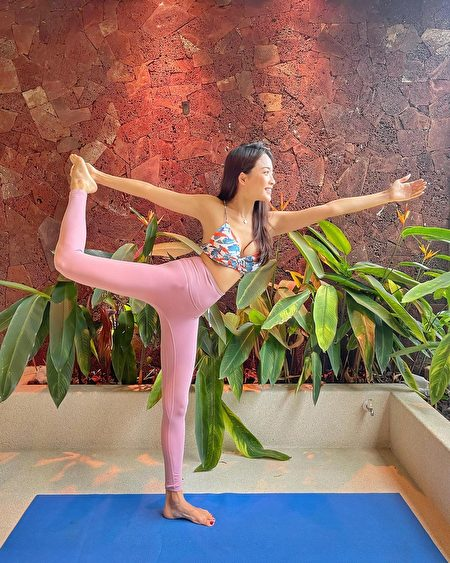 稳定度高的削肩款式搭配瑜伽裤,适合居家运动。