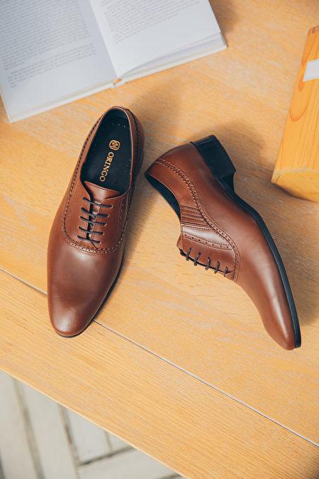 一双正装皮鞋让人整装待发。