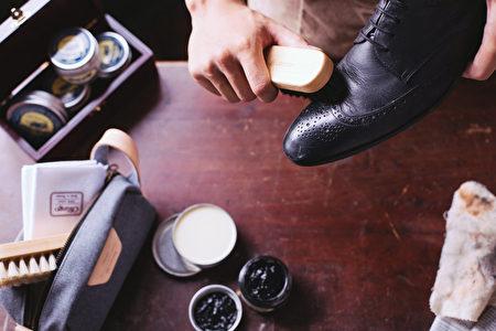 擦亮皮鞋打造仪式感。