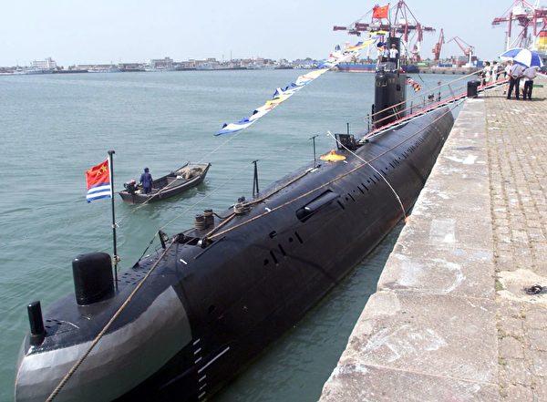 2000年8月2日,中共從俄羅斯購買的基洛級柴電潛艇停靠在青島港。(Goh Chai Hin/AFP via Getty Images)