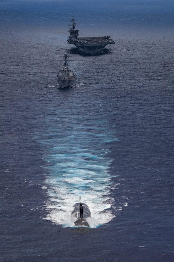 6月22日,美軍的卡爾文森號航母(CVN 70)、驅逐艦德威號(DDG 105)和攻擊型潛艇海狼號(SSN 21)在夏威夷海域共同演練。水下的潛艇是美國海軍的另一大優勢。(美國海軍)
