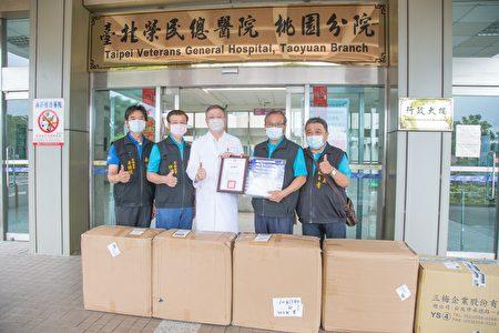 桃园寿山岩观音寺,赠第一线防疫人员防护面罩。