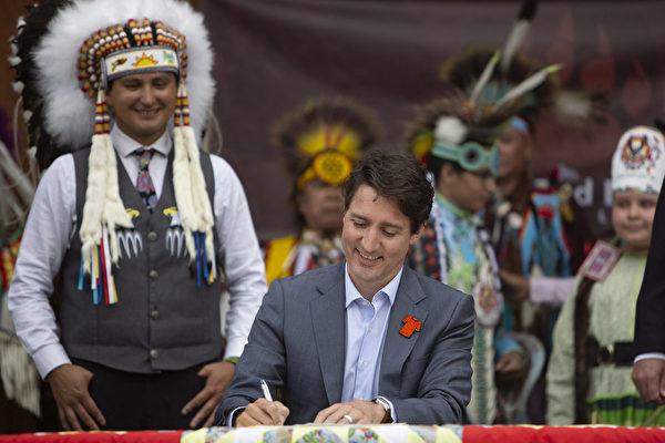 组图:加拿大总理签署原住民儿童福利协议