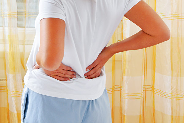 錯誤的彎腰動作很傷腰,應練習以髖關節為樞紐來彎曲身體。(Shutterstock)