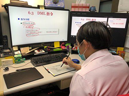 弘光科大副教授段翰文利用電子紙與學生遠距上課。