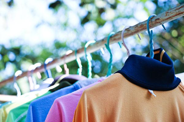 衣服一定要確定乾燥才能收起來。(Shutterstock)