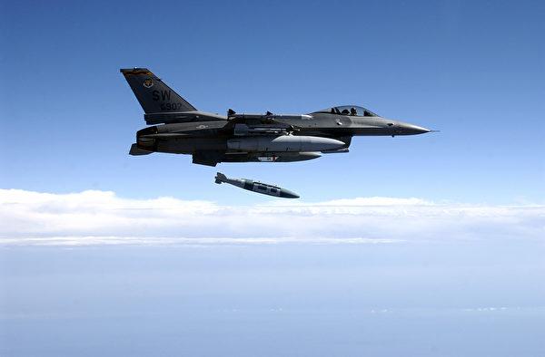 2003年2月25日,美軍一架F-16戰鬥機在測試中投放了一枚加裝導引套件的GBU-31炸彈,可 由GPS制導自動攻擊目標。(Michael Ammons/U.S. Air Force/Getty Images)
