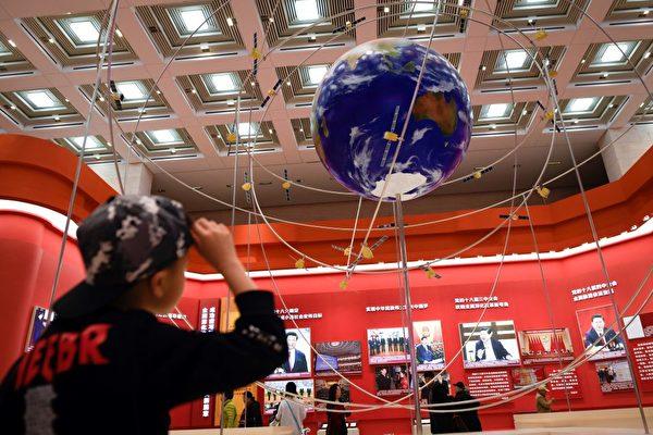 2019年2月27日,北京國家博物館展出的模擬北斗衛星系統。(Wang Zhao/AFP via Getty Images)