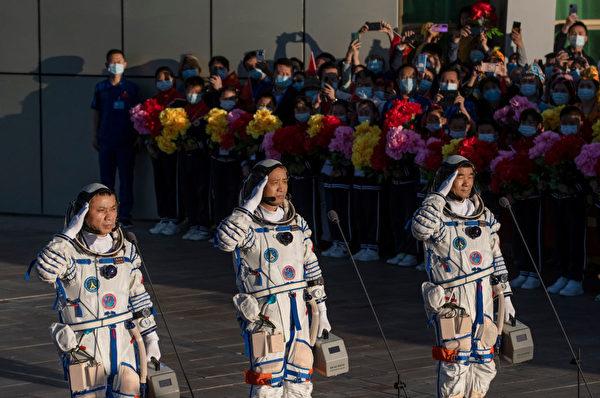 6月17日,中共三名宇航員在神舟-12號發射前的儀式上亮相,他們實際都是軍人。(Kevin Frayer/Getty Images)