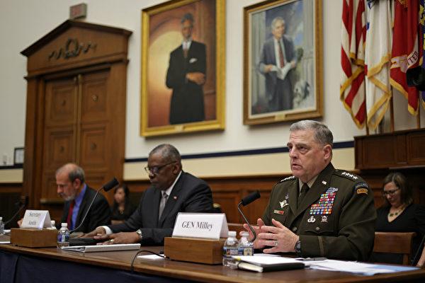 6月23日,美國國防部長奧斯汀(Lloyd Austin,前排中)和參謀長聯席會議主席米利將軍(Mark Milley,前排有)在國會接受關於國防預算的聽證。美國軍隊服務於國家,並接受監督。(Alex Wong/Getty Images)