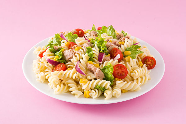 Pasta,Salad,With,Vegetables,On,Pink,Background