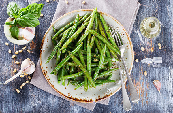 Green,Salad,Green,Beans,With,Pesto.selective,Focus