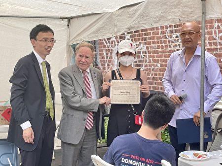 紐約州眾議員寇頓(左二)為幫助臧東慧參選的學生義工頒發證書,感謝他們的出色表現。