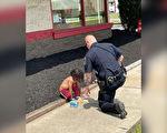 感人時刻 警察壓力下耐心安撫無家可歸幼童