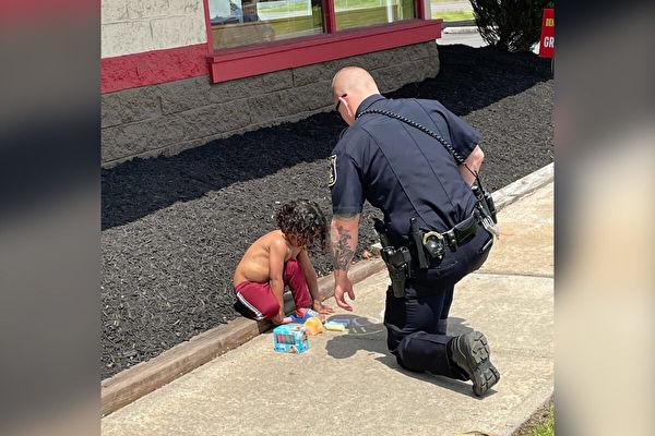 感人时刻 警察压力下耐心安抚无家可归幼童