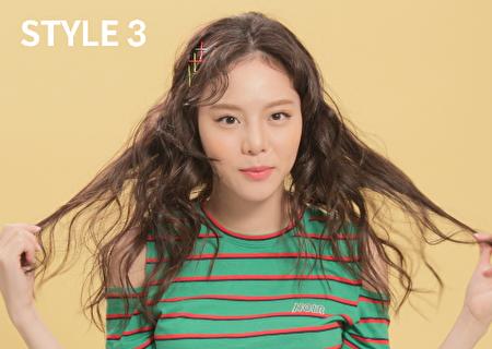 將髮夾交叉夾成X字,清新氣質打造韓國女團氛圍。