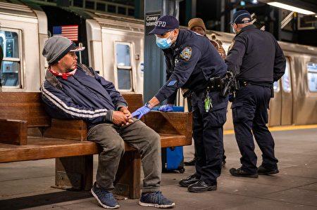 纽约市治安大不如前,地铁犯罪事件频传,导致民众不敢搭乘。图为示意图,摄于2020年3月6日布碌崙一处地铁站,市警在末班车时段巡逻。