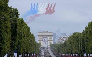 组图:国庆日游行前浪漫插曲 法国军人求婚
