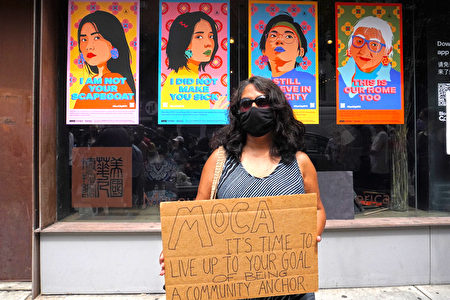 民眾在館外舉標語抗議,紙板上寫著「美國華人博物館,該是你兌現目標,成為社區依靠對象的時候了」。