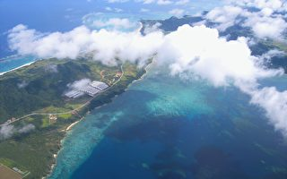 日本小島無海灘和港口 旅客上下船靠起重機