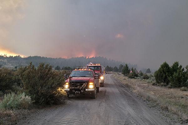 俄勒岡邊境現火積雲助長火勢 加州派員參與撲滅
