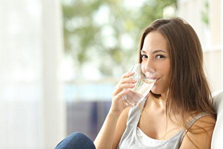 多喝水,是防範中暑方法之一。
