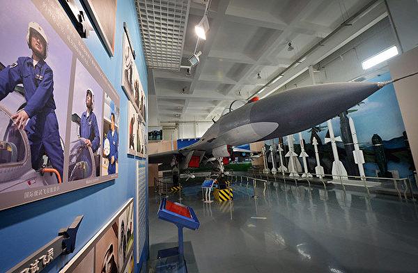 2013年12月4日,北京軍事博物館內展出的殲-11戰鬥機。(Mark Ralston/AFP via Getty Images)