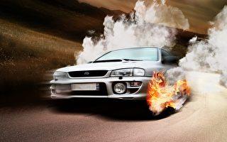 惊人画面:冒烟的汽车飞到空中再摔落路面