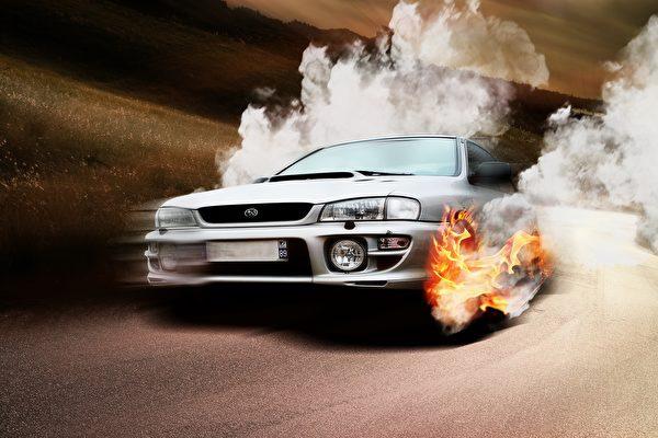 驚人畫面:冒煙的汽車飛到空中再摔落路面