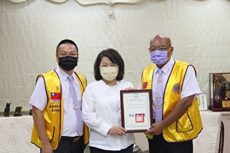 市长黄敏惠回赠感谢状(右)朱信吉先生(左)嘉泰狮子会长吴明凯。