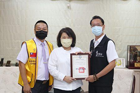 市长黄敏惠回赠感谢状(右)李奕德议员(左)嘉泰狮子会长吴明凯。